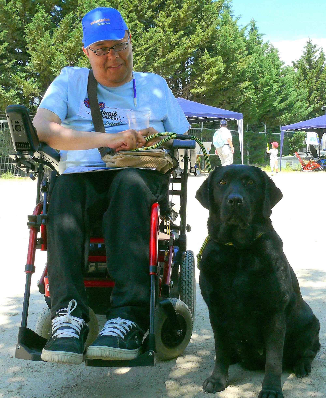 discapacitado con perro de asitencia