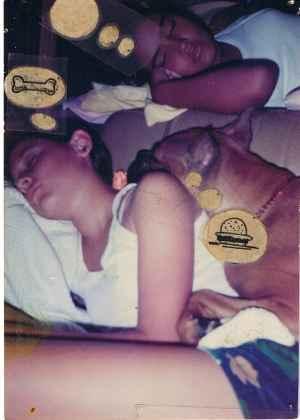 perro durmiendo sobre una joven